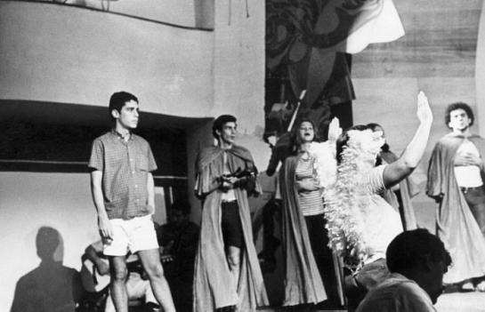 Chico Buarque no ensaio de Roda Viva 1968
